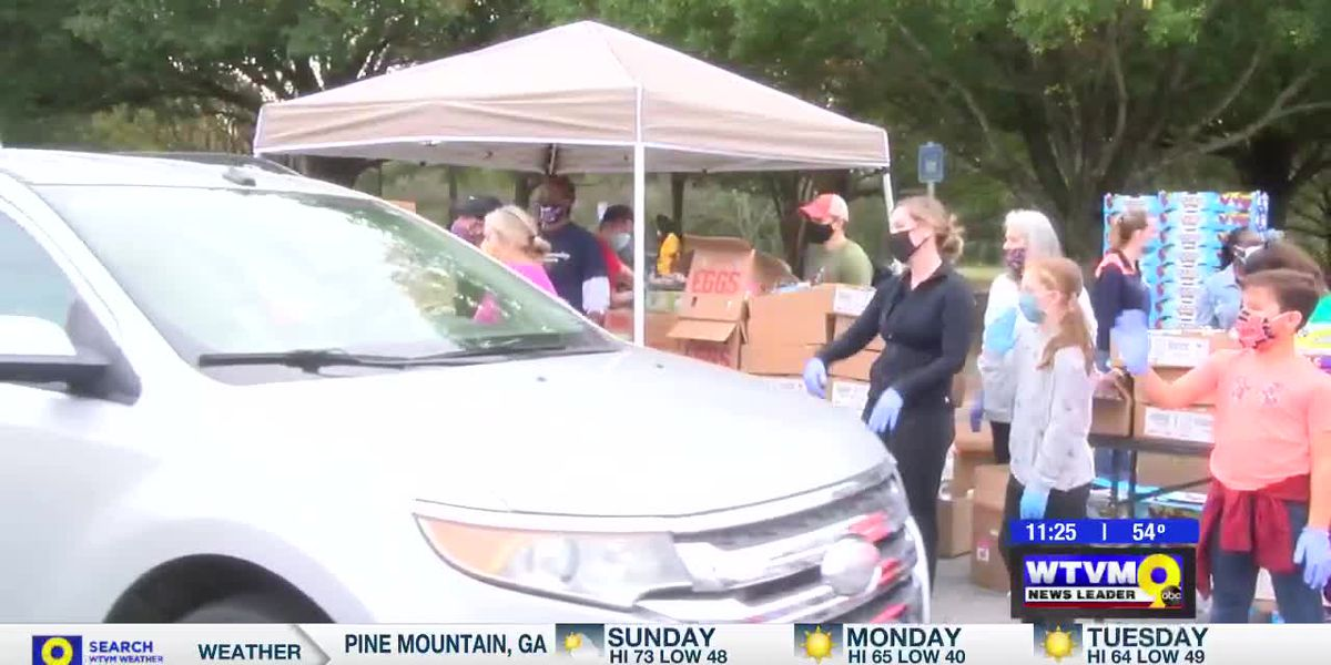 Feeding the Valley Mobile Food Bank passes out food ahead of Thanksgiving