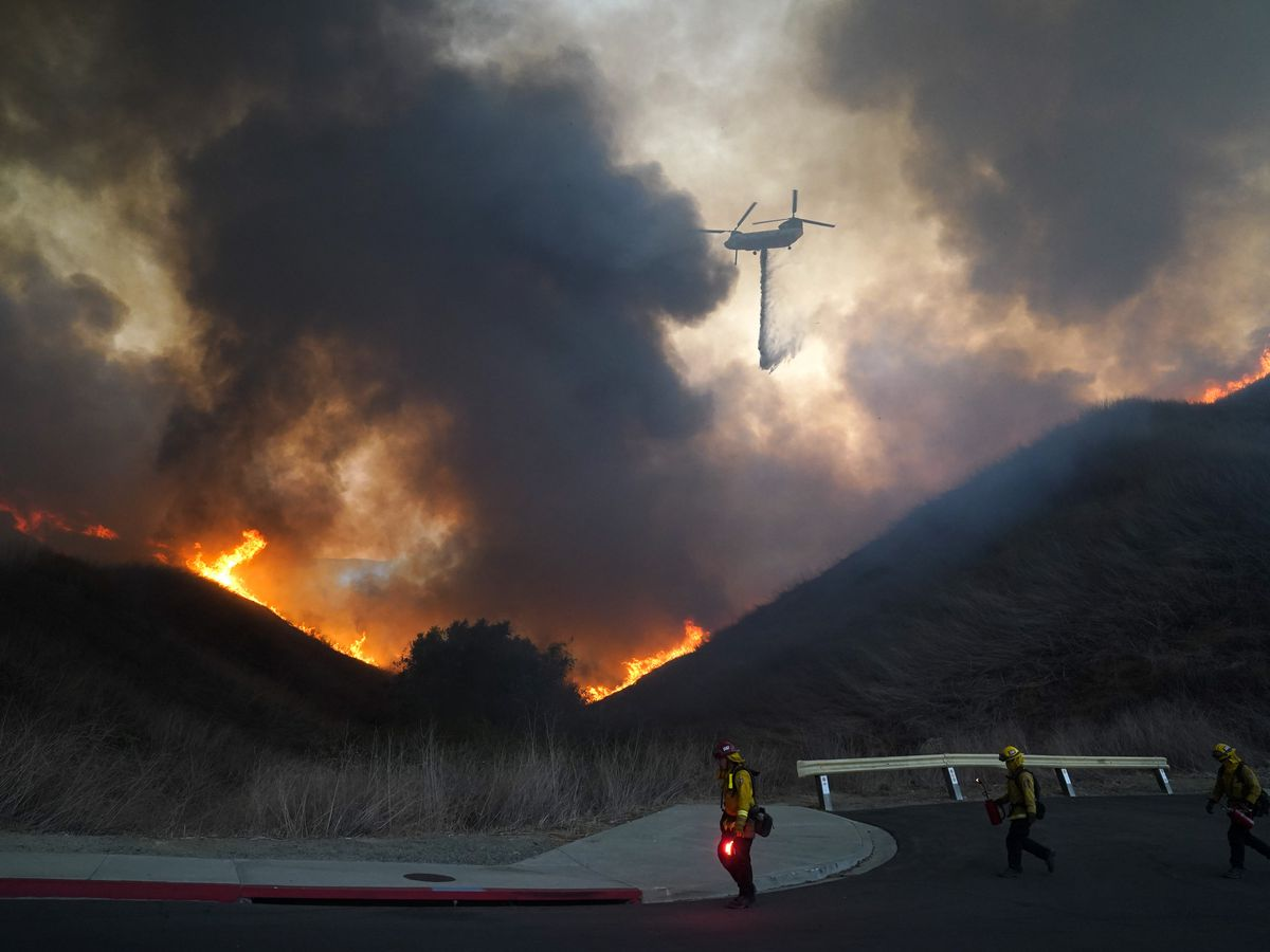 Calmer California winds help firefighters beat back 2 blazes