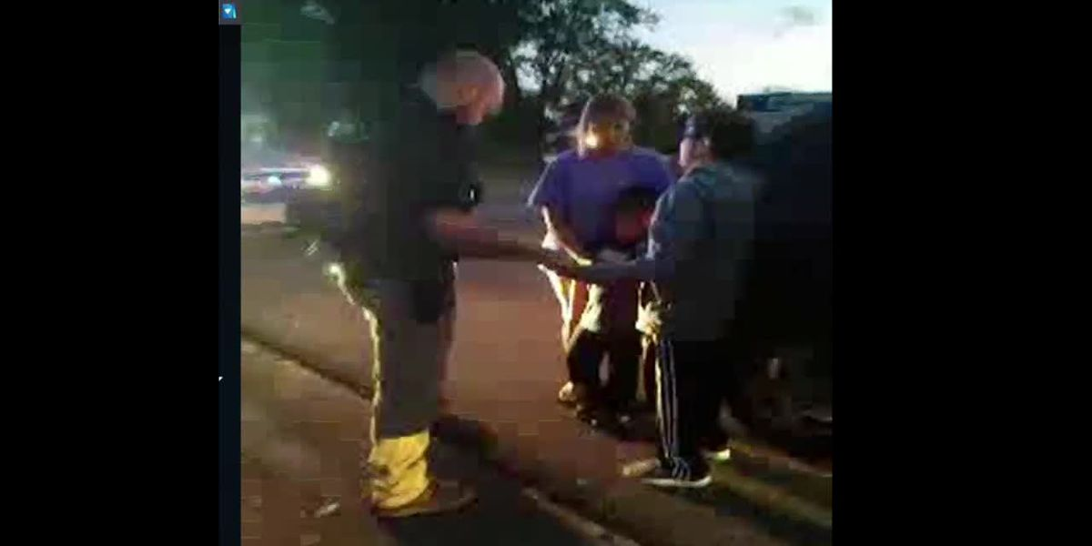 11-year-old boy prays with officer after mom was pulled over for a tag light