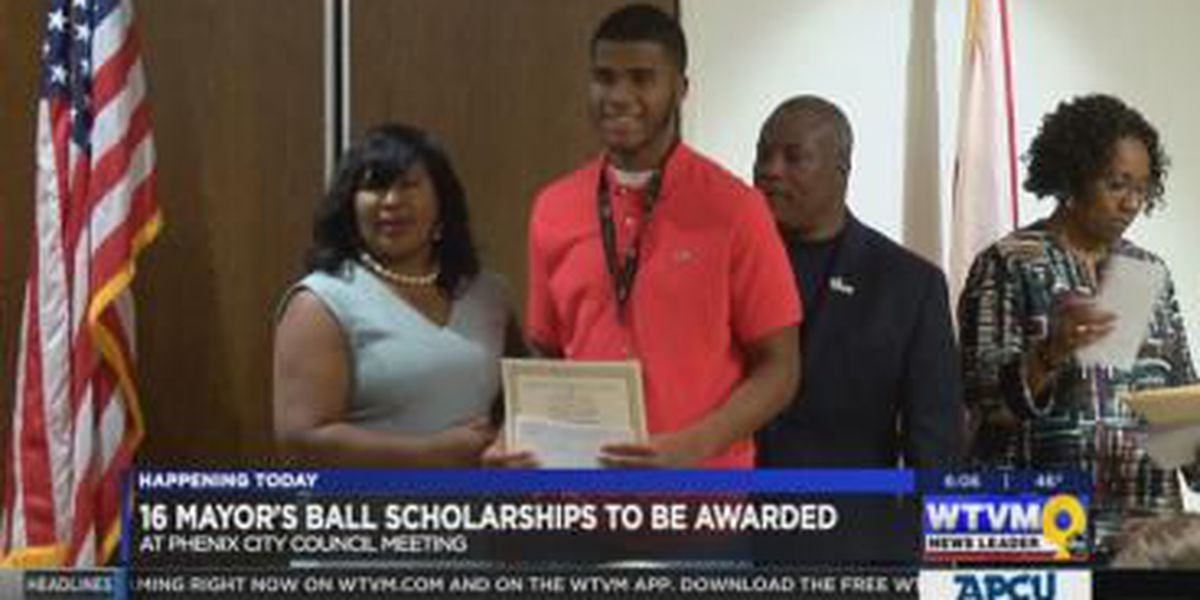 Foundation awards high school students money to continue education
