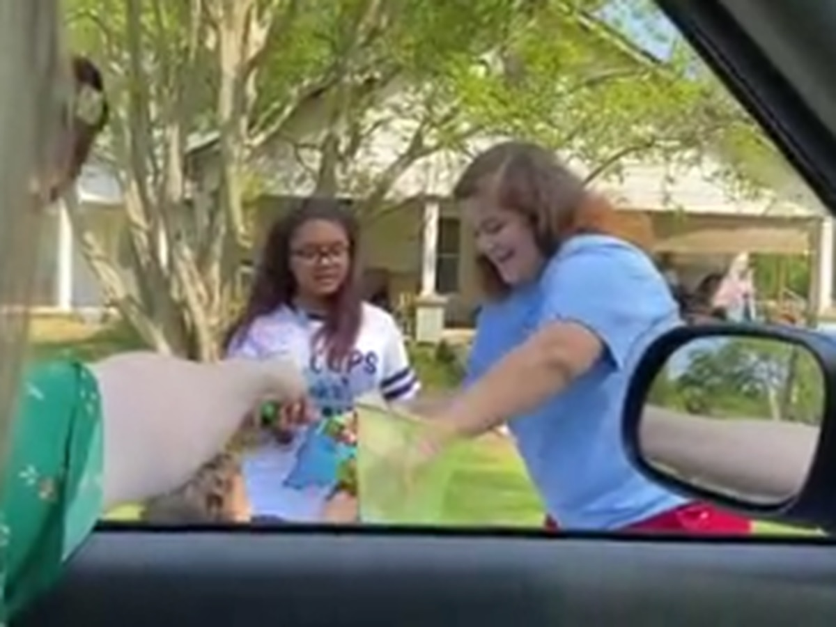 Muscogee Co. teacher visits students' neighborhood to deliver snacks during school closure
