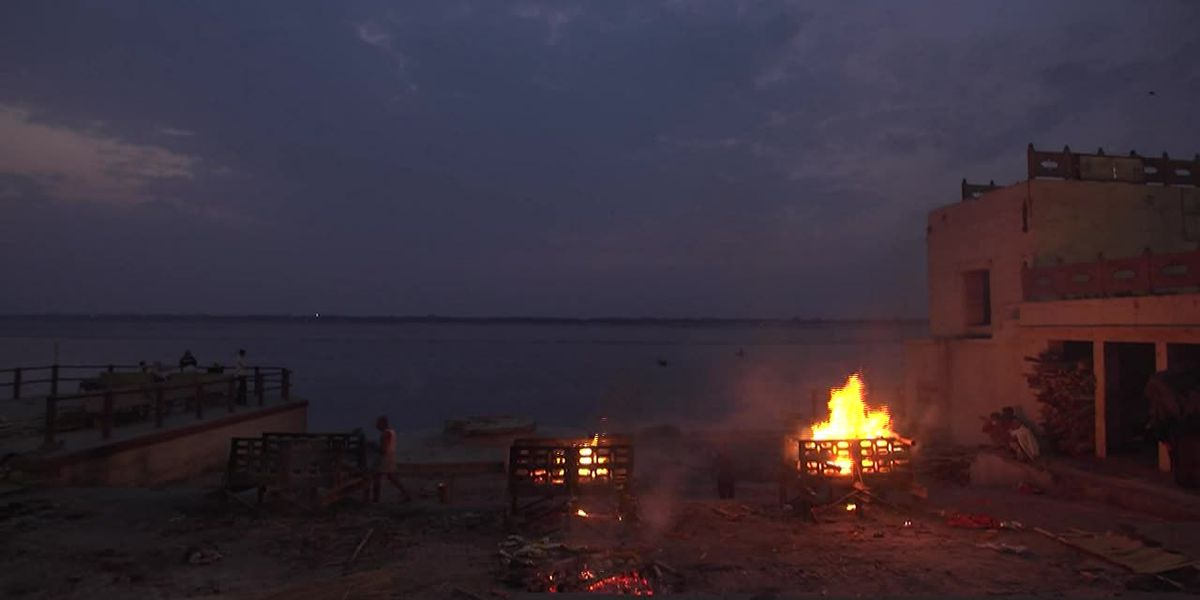 India: Cremations continue non-stop at Ganges River
