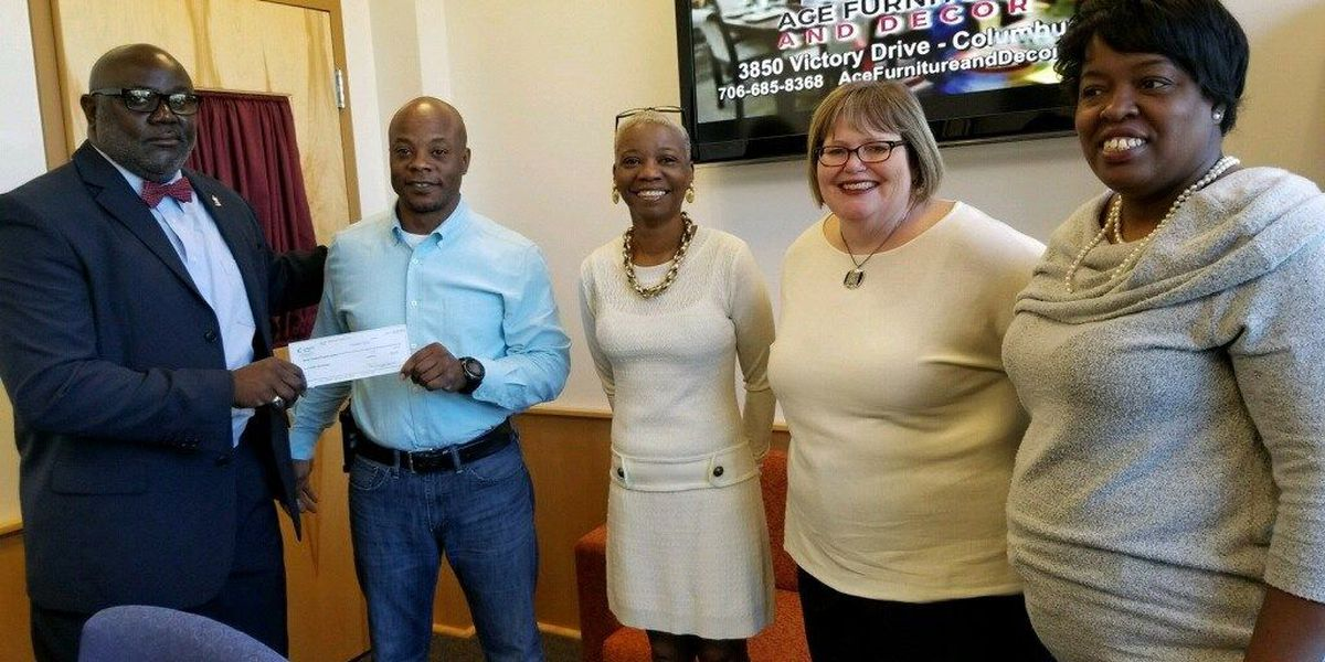 Carver High School alumni class gives back to seniors in need