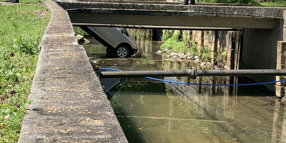 One lane blocked after car crashes in canal on Cherokee Ave. in Columbus